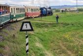 Parní vlak vjíždí do Slezských Rudoltic.