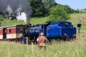 Obávaný loupežník Hotzenplotz vyhlíží parní vlak...