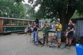Country kapela Wagon hraje návštěvníkům v Třemešné před odjezdem vlaku.