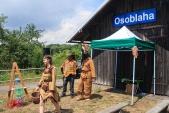 Indiánský náčelník vítá návštěvníky parního vlaku v Osoblaze.