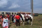 Bouře už je na spadnutí a návštěvníci obdivují koně z Ponny expressu.