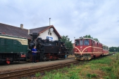 Křižování v Bohušově s vlakem ČD vedeným dnes již jedinou provozní lokomotivou 705 913.