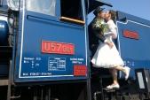 Budoucí pan a paní pózují na parní lokomotivě U57.001.