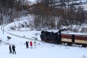 """Mikuláš se svou družinou bedlivě střeží """"svůj"""" vlak.  Zde v nejmenším oblouku na trati mezi Třemešnou a Liptaní."""