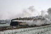 Zpáteční cesta Mikulášského parního vlaku před Bohušověm.