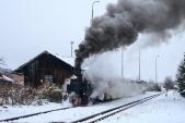 Mikulášský parní vlak vjíždí do Liptaně na manipulační kolej.