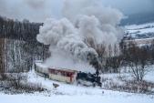 Projížďka zasněženým nejmenším obloukem na trati a po dalších dvou kilometrech bude poslední parní vlak sezóny 2017 ve svém cíli.