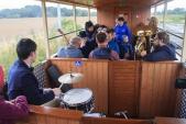 Down Beat Dixieland Band hrál cestujícím i během jízdy.