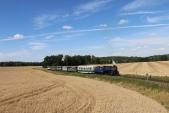 Nedělní parní vlak se blíží k Slezským Rudolticím.