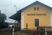 Zastávka na dobírání vody ve Slezských Rudolticích s tehdy čerstvě opravenou nádražní budovou.