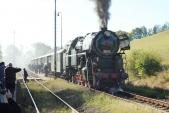 Parní vlak z Ostravy plný návštěvníků Přijíždí do Třemešné.