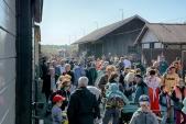 Zaplněné nádraží v Osoblaze po příjezdu slavnostního vlaku.