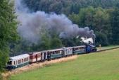 Parní vlak s Malým štokrem před vrcholem táhlého stoupání z Liptaně do Třemešné.