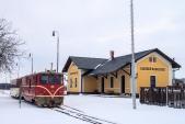 Jeden zasněžený únorový den odjíždí ze Sl. Rudoltic osobní vlak s lokomotivou 705 913.