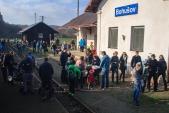 Návštěvníci Martinských hodů vystupují z parního vlaku.