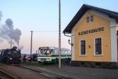 Vedle nově opravené nádražní budovy kromě parní lokomotivy pózoval také historický autobus Karosa ŠL11.