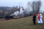 """Mikuláš se svou družinou cestou dohlížel na """"svůj"""" parní vlak."""