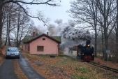 Mikulášský vlak na své zpáteční cestě zastavuje v Koberně.