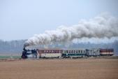Mikulášský parní vlak peláší podzimní krajinou mezi Slezskými Rudolticemi a Amalínem.