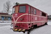 Skříň lokomotivy bez podvozků odložená v depu Bohumín v lednu 2019.
