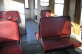 Interiér vozu Btu 005 915 (Balm/ú 659) s červenými sedačkami