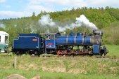 První jízda parní lokomotivy s opraveným tendrem na zahájení sezóny 8. května. Takto dvoubarevná lokomotiva tahala parní vlaky celou sezónu až do 7. září.
