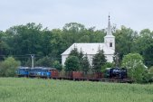 """Na """"chvostu"""" manipulačního vlaku ČD Cargo byl Malý Štokr zvěčněn u  kostela v Linhartovech."""