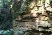 Skalní převis pseudokrasové jeskyně v Matějovicích