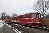 705 914 vedle neprovozní 705 917 v Třemešné ve Slezsku 16.3.2013